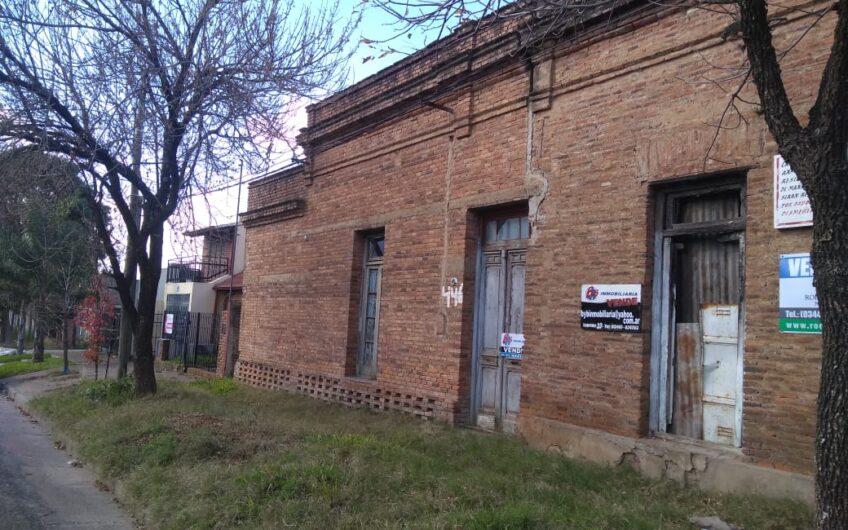 Propiedad en esquina de Noailles y Artigas- excepcional ubicación, estratégica esquina a solo 2 cuadras del centro. Ideal para inversión, para vivienda, consultorios, oficinas entre otros.