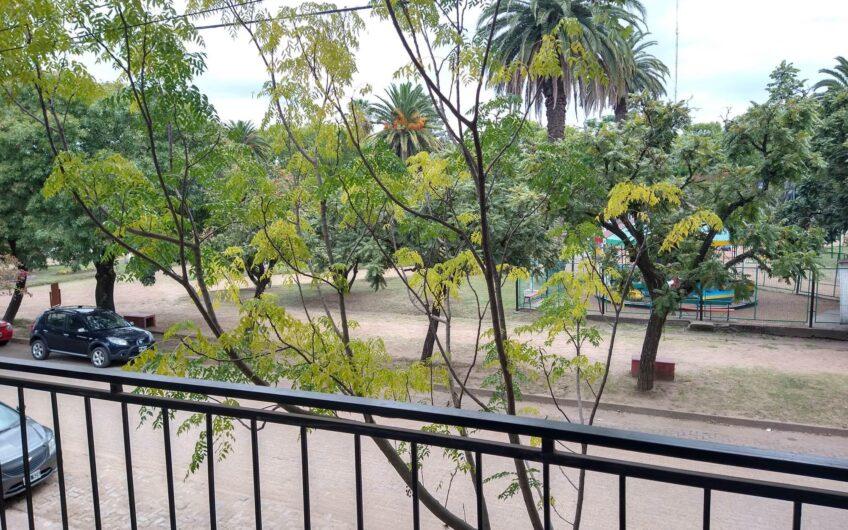 Depto 4 Ambientes, frente a plaza.